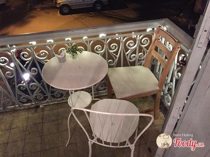 bàn ghế sắt cafe lãng mạn