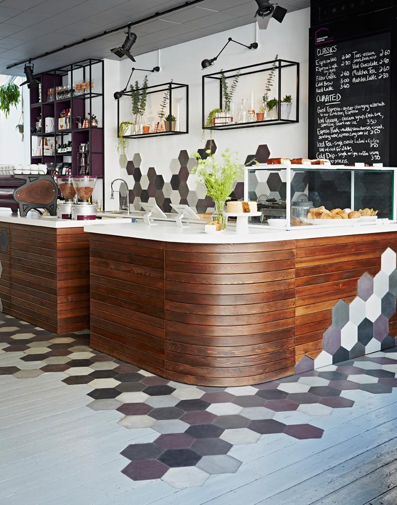 Quán cafe lung linh với nội thất treo tường